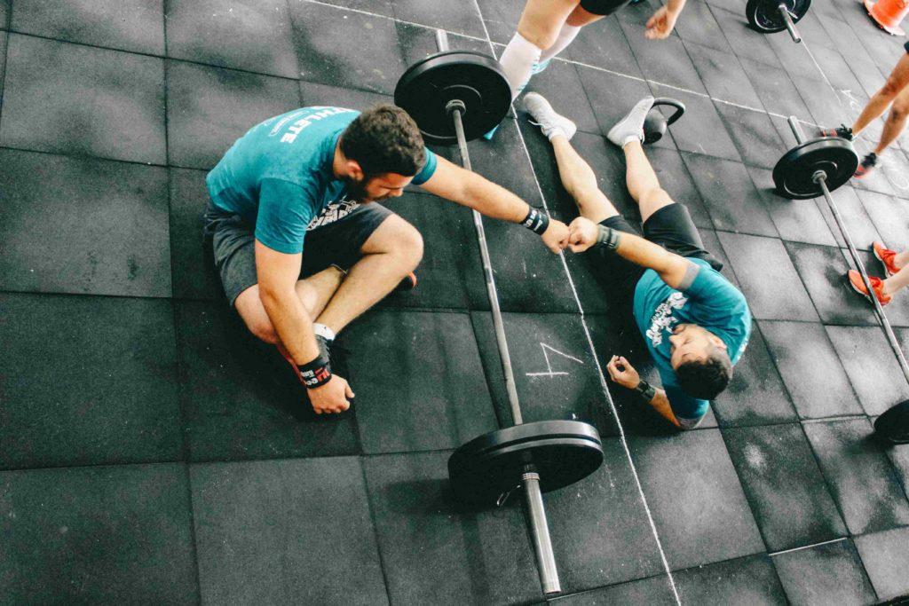 Bei einem mit hohen Gewichten produziert der Körper viel Laktat