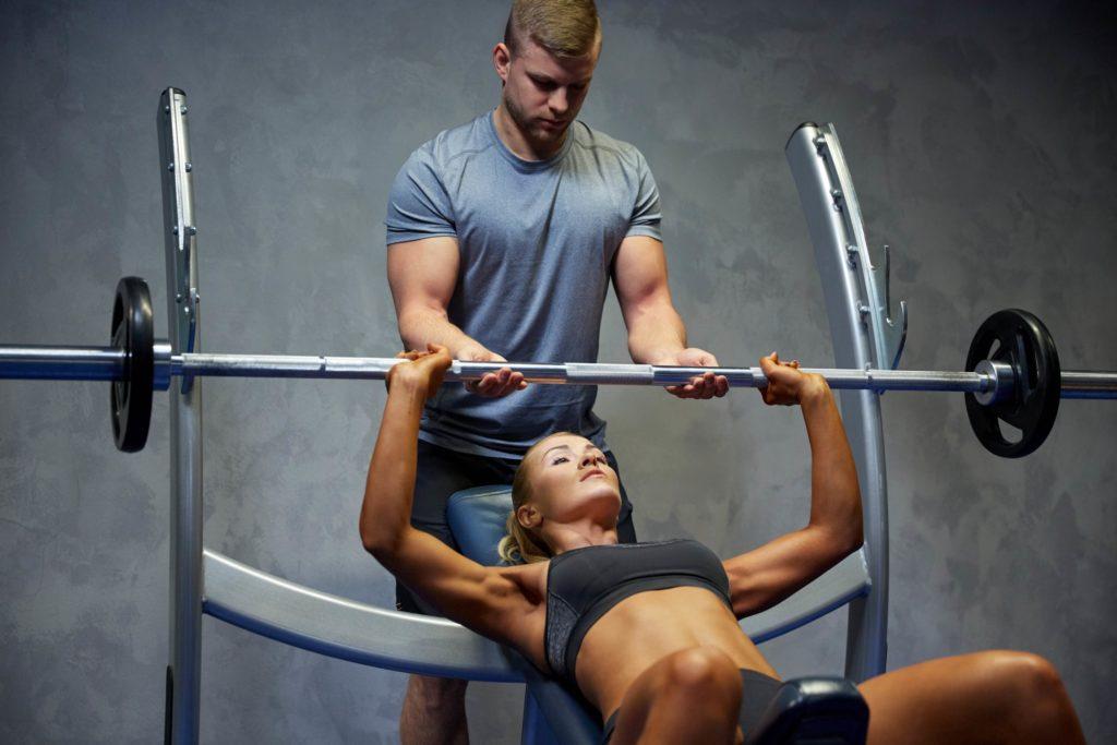 Den Sägemuskel kannst Du mit Langhanteln sehr gut trainieren