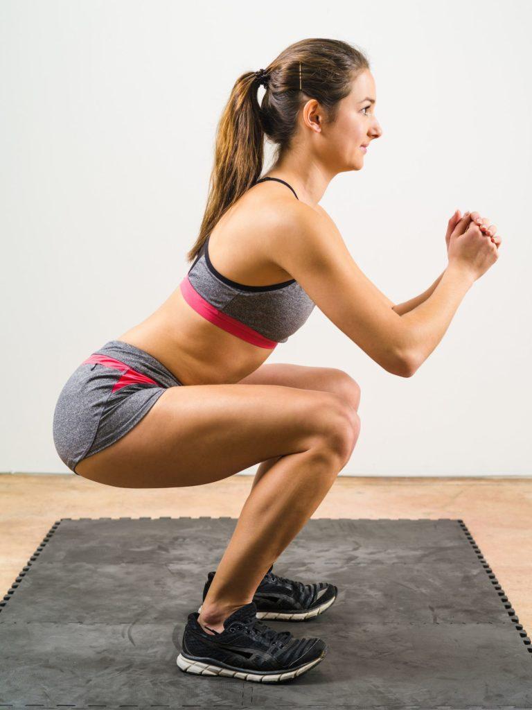 Isometrische Kniebeugen lässt die Muskeln brennen