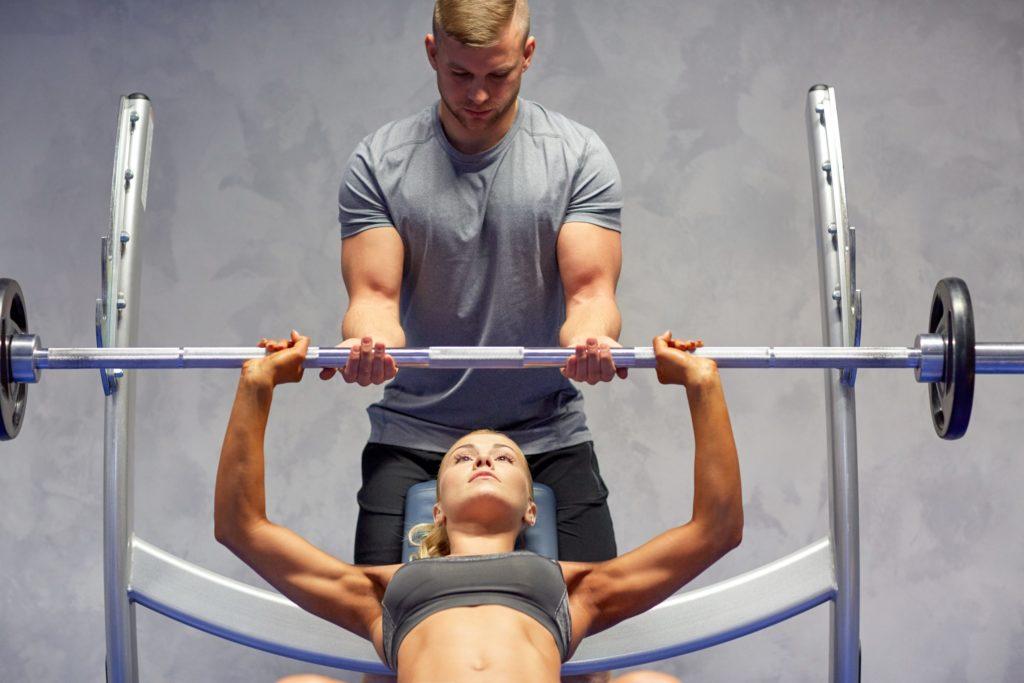 Aus Sicherheitsgründen bei hohen Gewichten mit einem Partner trainieren