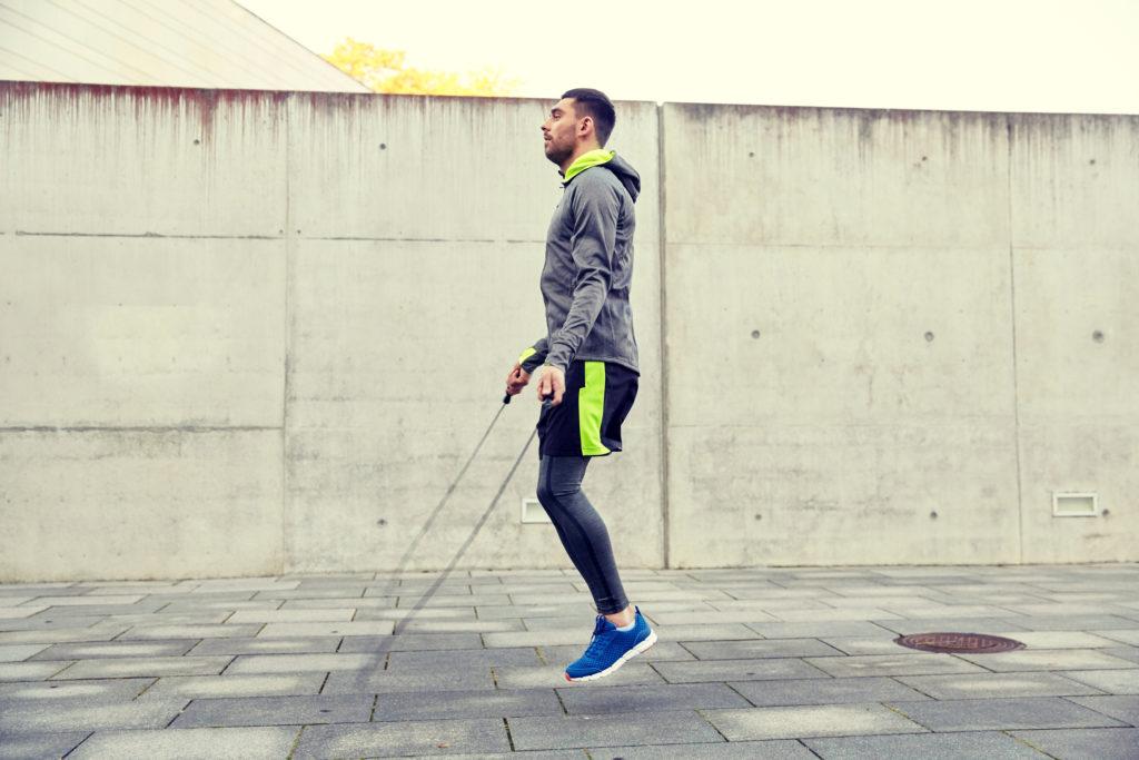 Aufwärmen mit Seilspringen für das Kurz-Workout