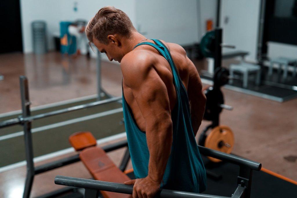 Beim Trizepsdrücken mit dem ganzen Körpergewicht musst Du auf eine gute Technik achten