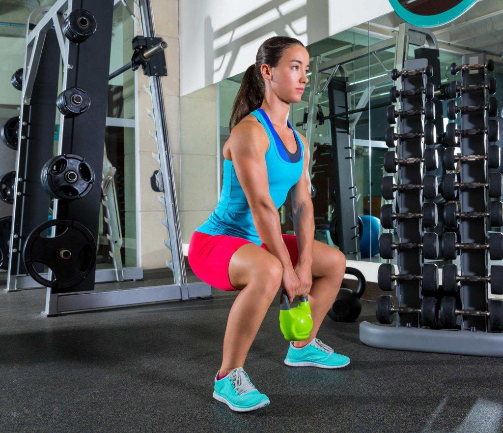 Sumo-Squats trainieren den Pomuskeln und die Adduktoren