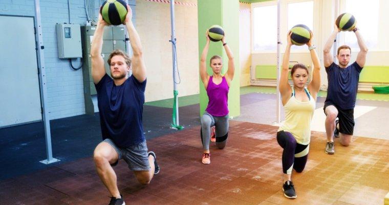 Mit diesen Medizinball-Übungen bleibst Du fit